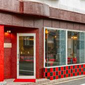 三条通りから路地を入った住宅街にある赤い壁が目印