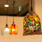 アイデンティティーを感じさせるガラスのランプやカトラリーBOX