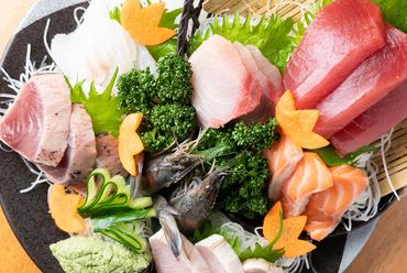 新鮮な魚介類が盛りだくさん、その日の一押しを盛り合わせにした『刺身七点盛り』