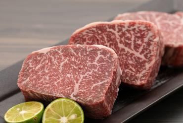 1口サイズのステーキをお箸でいただく『黒毛和牛赤身ステーキ』