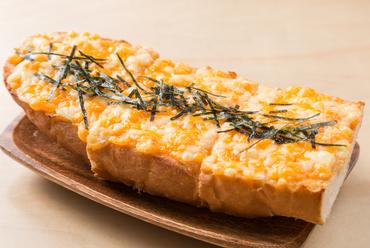 ビールとの相性バッチリな『明太チーズバケットピザ』