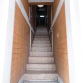 お店にたどり着くために、ビルの正面真ん中にある階段をのぼる