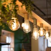 柔らかいランプの灯りがやさしく照らしてくれる、癒しの空間