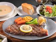 塩のみでシンプルに味付けをしたステーキは、程よくサシが入り、サーロインならではの旨みを楽しめます。ステーキにはオリジナルのステーキソース、ニンニクやマスタードなどが添えられ、好みの味で楽しめます。
