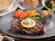 アメリカ産アンガス牛のステーキは、脂身が少なくあっさりした味わい。やわらかな肉質とヘルシーさで、女性やお子さんにも人気です。一切れ食べれば、口いっぱいに幸せなおいしさが広がります。