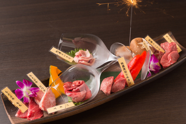 記念日・誕生日にふさわしい、華やかな盛り合わせ『杏特製肉プレート』