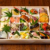さまざまな食材を美しく盛付けた『つじ華 特製お弁当』