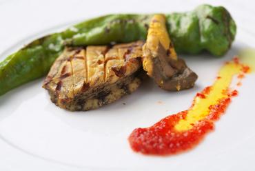 鮑の食感と風味を楽しめる『鮑の網焼き 万願寺唐辛子と赤ピーマンのソース』