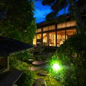 夜はライティングされた庭が幻想的
