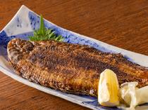 クロメバルやカレイなど、その日入荷された新鮮な魚を調理