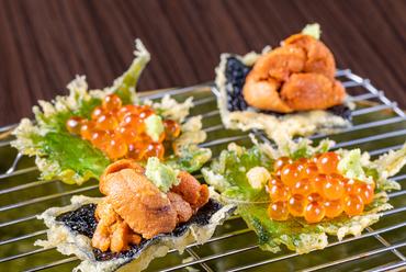 クリーミーなうにの甘さと天ぷらにした海苔の香りが、見事なハーモニーを奏でる『うにいそべ天』