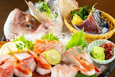 大将が目利きで選んだ新鮮魚介を豪快に盛り込んだ『名物7種桶盛り』。驚くほど分厚い刺身は食べる価値あり