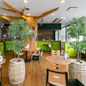 木目を生かしたナチュラルな店内は、居心地の良い空間