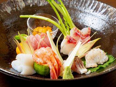 ひと目で華やかな気分にさせてくれる旬の新鮮魚介『お造り盛合せ』