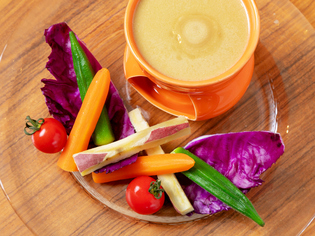 季節野菜をおいしくいただく『彩り野菜のバーニャカウダ』