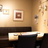 温かな照明がテーブルを照らす憩いの空間