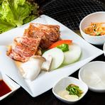韓国特製のタレに3日間漬け込んだ豚肉のカルビ肉を焼きます。サンチュとチョレギサラダをDUBU DUBU特製サムジャンと一緒に巻いて食べると肉と野菜のハーモニーが抜群。