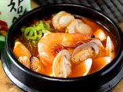 全部で10種類以上あるスンドゥブ。その中でも定番は魚介の風味豊かな「海鮮スンドゥブ」です。