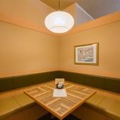 大切なお客様をお招きしての会食に理想的な、落ち着いた店内
