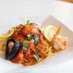 ムール貝や海老、イカなどの海鮮と、生のトマトを使用したパスタ。魚介のコクと、トマトの酸味が合わさり、コク深い味わいを堪能できます。添えられたレモンを絞って食べると、さらにさっぱりとした味わいに。