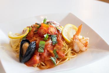 海鮮とトマトが奏でる絶妙なハーモニー。風味豊かな味を満喫できる『地中海風 海鮮パスタ』