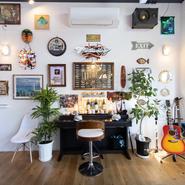 電子ピアノやギターがあり、エコー付きマイクやモニターも完備