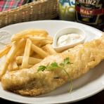 タラの半身をふんわりと揚げた『フィッシュアンドチップス』は本場・イギリスの味を再現した人気のメニュー。熱々のフライにタルタルソースはもちろん、モルトビネガーをかけまわして食べるのがオススメです。