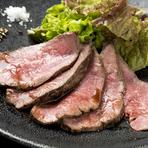 国産牛を低温調理で仕上げた『ローストビーフ』は、しっとりとして肉の旨みがよく感じられます。マデラワインをベースとしたソースはコクがありマッチ。岩塩と粒マスタードがアクセントとなり、より味が膨らみます。