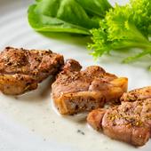 希少な肉をハーブとゴルゴンゾーラの風味でいただく『アイスランド産ラム香草焼き ゴルゴンゾーラソース』