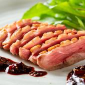 独特の風味と旨味のある鴨を味わう『シャラン鴨ロースト 赤ワインと干し無花果のソース』