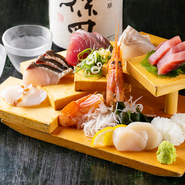 四季折々の味わいが食せる豪華な盛り合わせ。海老、帆立を含む計7種の魚介が楽しめます。苦手なものがあれば省いてくれるので、気軽に相談してみては。リースナブルな価格設定もポイントです。
