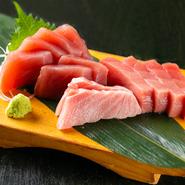 来店したゲストの多くが頼むという、お店の名物料理。滑らかな「中トロ」、旨みの詰まった「赤身」、とろけるような「大トロ」が一度にいただけます。日本酒とのペアリングもどうぞご堪能あれ。