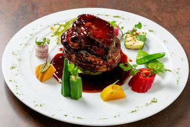 肉、フォアグラ、トリュフの絶妙なハーモニー『スペシャリテ!牛フィレ肉のステーキフォアグラのせ』