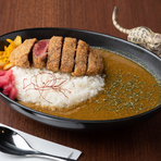 細かいパン粉を使って薄めの衣で揚げたビーフヒレカツは、お肉そのものを味を楽しめると人気の一品です。様々な牛肉を吟味し、柔らかく肉の味が濃い「長期肥育牛」が使われています。