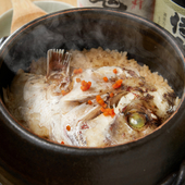 鯛の風味を存分に活かし、上品な味わいに炊き込む『鯛土鍋飯(2名~)』