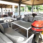 庭園の緑を眺めながら、食事ができるBBQ会場。ソファや座り心地のよいイスが配されたラグジュアリーな印象。リッチな大人のBBQを満喫できます。