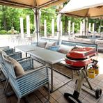 緑を間近に感じながらの贅沢なBBQ。芝生の上でピクニックを楽しめるエリアもあるとか。会場は屋根付きかつ雨除けカーテンも用意されているため、天候を気にせずにBBQができる点も強みです。