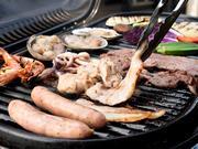 厳選した牛・豚・鶏に、ジューシーなソーセージや牛タンスライスも用意。豪快な1ポンドステーキも追加オーダーできます。