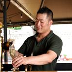 """""""お越しいただくすべてのお客さまにご満足いただけること""""が岡田氏のモットー。子ども向けのセットメニューや充実したノンアルコールメニューなど、誰もが楽しく利用できるお店づくりを心掛けています。"""