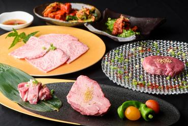 最高級A5ランクの和牛メス肉4種類を炭火焼きで、締めには『とんちゃん』も味わえる『ヒトサラ限定コース』