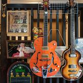 エレキギターが飾られ、懐かしいオールディーズが流れる店内