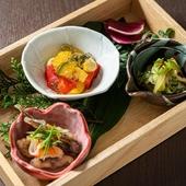 カウンターに並ぶ大鉢料理からの『大鉢料理 三種盛り合わせ』