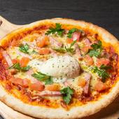 モッチモチの手づくりのピザ生地に、トロ~リチーズと温泉卵が食欲をそそる『ビスマルクピザ』