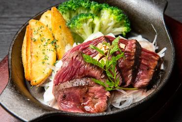 中をジューシーに焼き上げ、熱々の鉄鍋でサーブ。シズル感も楽しめる『希少部位サガリのステーキ』