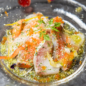 パルミジャーノのコクに負けないよう、魚は厚めにカット。食べ応えも十分の『鮮魚とチーズのカルパッチョ』