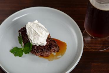 肉のジューシーさを自家製クリームが引き立てる『黒毛和牛のレアハンバーグ レモンクリーム添え』
