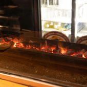 備長炭でじっくり焼き上げる焼き鳥は、どれも納得のおいしさ