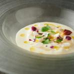 イタリアのピエモンテで親しまれる郷土料理。卵とホワイトアスパラのペーストを合わせて固め、茶碗蒸し風のフランに仕上げます。すっきりとした爽やかな味わいで、暑い日にオススメの一皿。夏季限定メニューです。