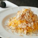 細打ちのぷちぷちとした自家製パスタに、パルミジャーノチーズとバターのクリーミーで濃厚なソースを絡めています。仕上げに季節のトリュフで香り付けし、ワインと相性抜群の上質な味わいに。