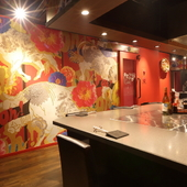 壁には牛のイラストが描かれた、スタイリッシュな空間